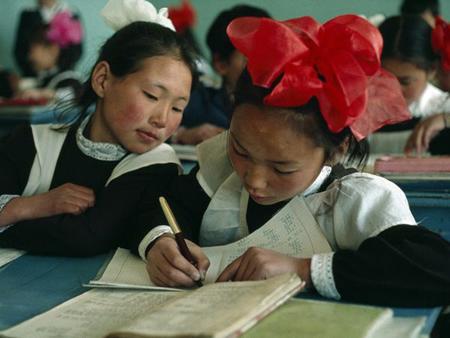 Các em học sinh cùng nhau hoàn thành một bài tập toán.